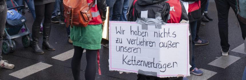 """Demo mit Plakat: Wir haben nichts zu verlieren als unsere Kettenverträge"""""""